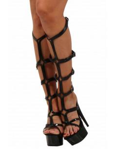 1 Sandales en similicuir verni. Empeigne et boucles en similicuir verni. Semelle intérieure en cuir.