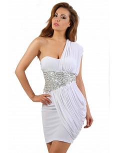 1 Robe toge bustier. Drapé asymétrique. Taille finition strass et perles. Composition : Polyester