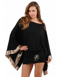 1 Robe courte, manches kimono oversize finition biais en satin. Motif placé brodé finition strass.