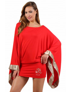 1 Robe courte, manches kimono oversize finition biais en satin. Motif placé brodé finition strass