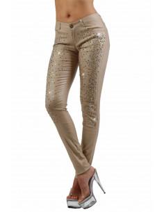 1 Pantalon slim 5 poches. Fermeture braguette devant. Ceinture 5 passants. Tissu enduit, finition stra