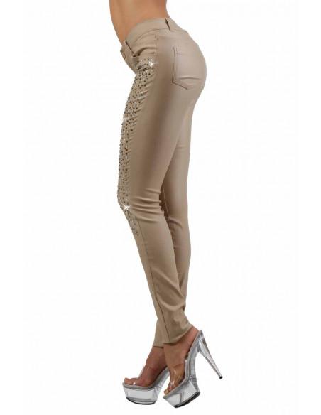 2 Pantalon slim 5 poches. Fermeture braguette devant. Ceinture 5 passants. Tissu enduit, finition stra