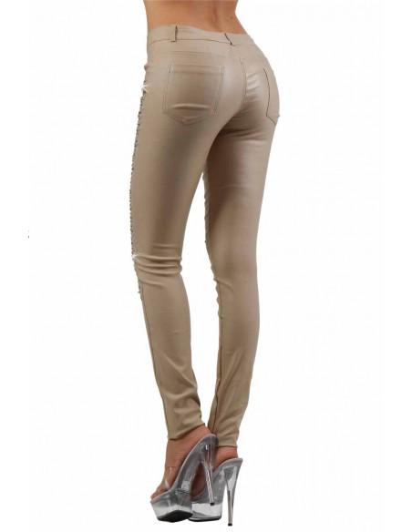 3 Pantalon slim 5 poches. Fermeture braguette devant. Ceinture 5 passants. Tissu enduit, finition stra