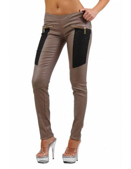 1 Pantalon slim bi-matière. Empiècements molletonnés cuisses et dos. Fermeture zip coté. Poches zip de