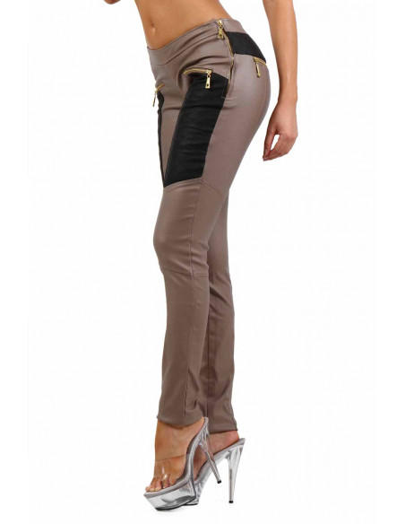 2 Pantalon slim bi-matière. Empiècements molletonnés cuisses et dos. Fermeture zip coté. Poches zip de