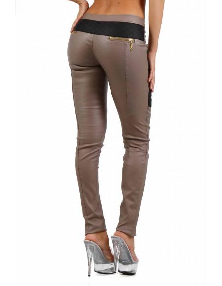 3 Pantalon slim bi-matière. Empiècements molletonnés cuisses et dos. Fermeture zip coté. Poches zip de