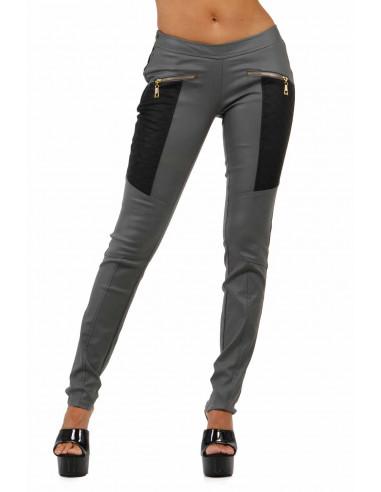 1 Pantalon slim bi-matière. Empiècements molletonnés cuisses et dos. Fermeture zip coté. Poches zip