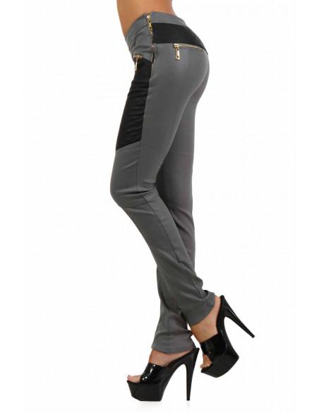 2 Pantalon slim bi-matière. Empiècements molletonnés cuisses et dos. Fermeture zip coté. Poches zip