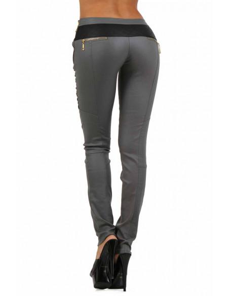 3 Pantalon slim bi-matière. Empiècements molletonnés cuisses et dos. Fermeture zip coté. Poches zip